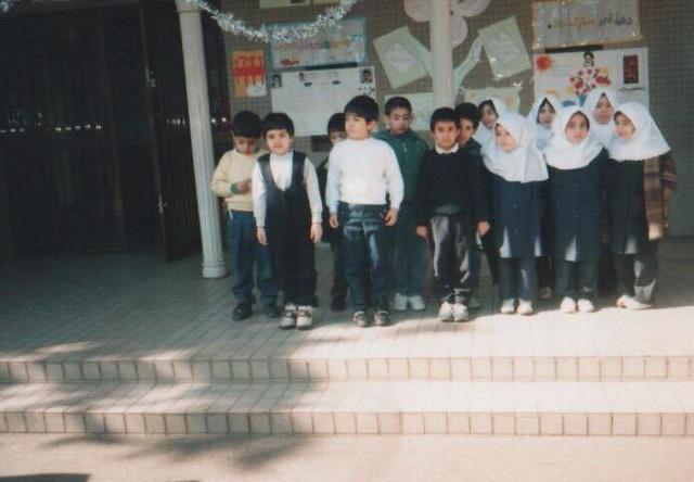 在日イラン人学校1年生のクラス(1995年) 撮影:教師 女子が被っている ...