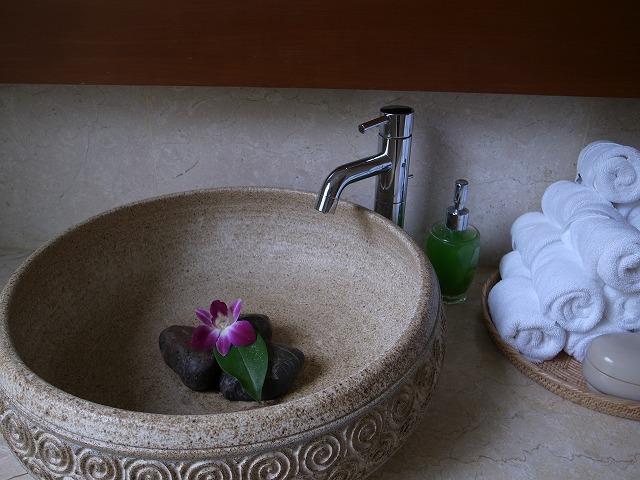 <p>e)トイレの洗面所</p>