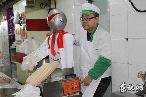 圖02.大约3個月刀削麵師傅工资就可以買一個刀削面机器人,這種削麵機器人不僅省电,而且削出的麵很均匀