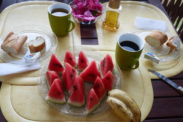 日, 2016-07-17 07:20 - 朝食(パン、コーヒー、スイカ、バナナ)