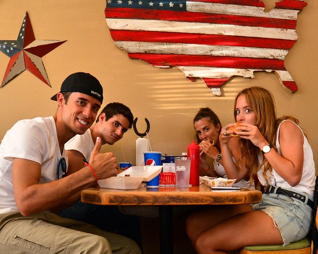 Comiendo en un dinner de Estados Unidos