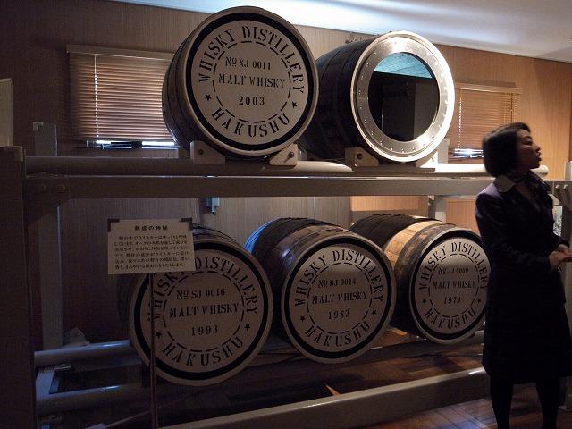 <p>m)出来上がったウイスキーは樽で寝かされます。オークの樽から少量ずつ水分が飛んで写真右上のように量が減っていきます。</p>