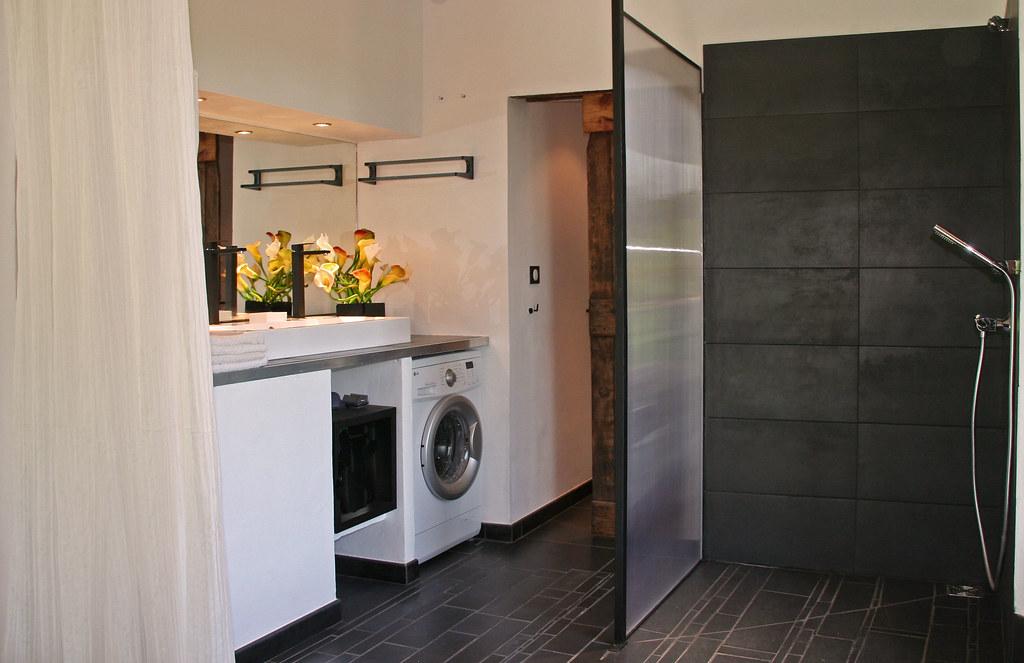 salle de bain salle de douche quip e d 39 une lave linge. Black Bedroom Furniture Sets. Home Design Ideas