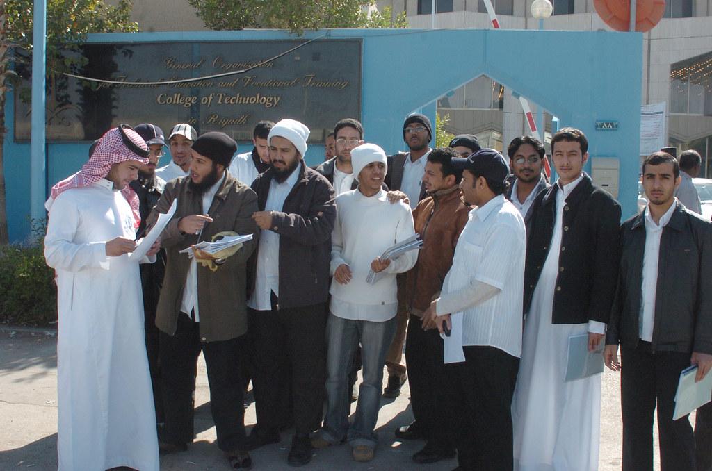 طلاب كلية التقنيه بالرياض يشرحون للصحفي عاصم الحضيف معانات…   Flickr