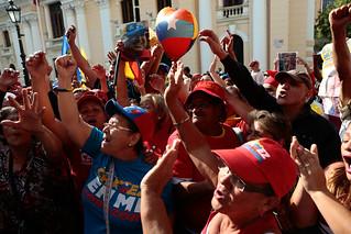 El pueblo está en la calle celebrando el regreso de Chávez - Plaza Bolivar, Caracas. | by chavezcandanga