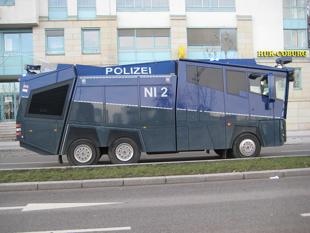 2012 Wasserwerfer WAWE 10 Cobra von Rosenbauer der Landespolizei Niedersachsen auf Daimler-Benz Actros 3341 Schleinufer in 39104 Magdeburg