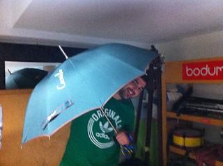 Camilo muy contento con su paraguas.