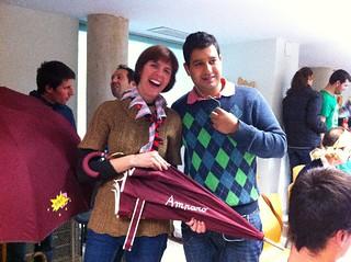 Miguel entregó el paraguas a Amparo.