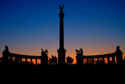 voyage trip travel viaje light shadow sun grave silhouette night sunrise canon soldier rising noche soleil michael photo ut hungary place image nacht picture ombre lumiere 7d unknown noite hommage nuit notte buda tere pest imagen soldat lever noc tombeau 1755 héros inconnu andrassy hongrie hosok ducloux micky75017