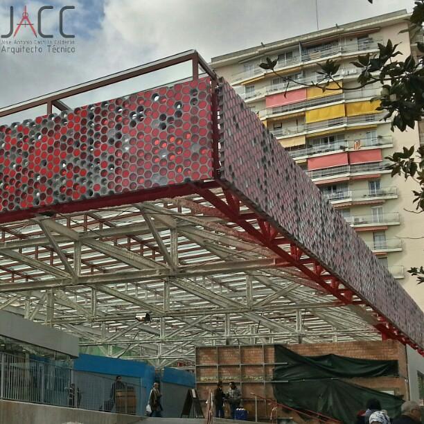 Gran Voladizo Metálico Y Cubierto Fachada Facade Edific