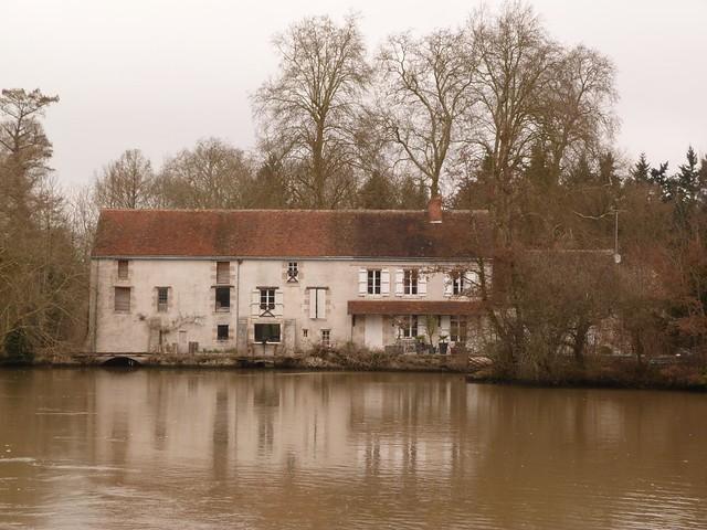 Molino de agua en el río Loiret (Valle del Loira, Francia)