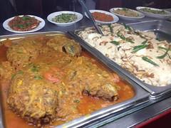 日, 2013-03-10 12:47 - Tilapiaのカレー(左)、週末のみのご飯+鶏もも+白いソースの料理