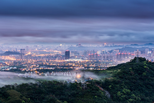 city winter urban cloud building misty fog night sunrise canon landscape dawn cityscape nightshot foggy taiwan nopeople taipei bluehour 台灣 夜景 masion 70200mm 雲海 台北101 capitalcity 新店 小小白 lightflares 星芒 東華聖宮 advectionfog 華城路 canoneos5dmarkiii 平流霧