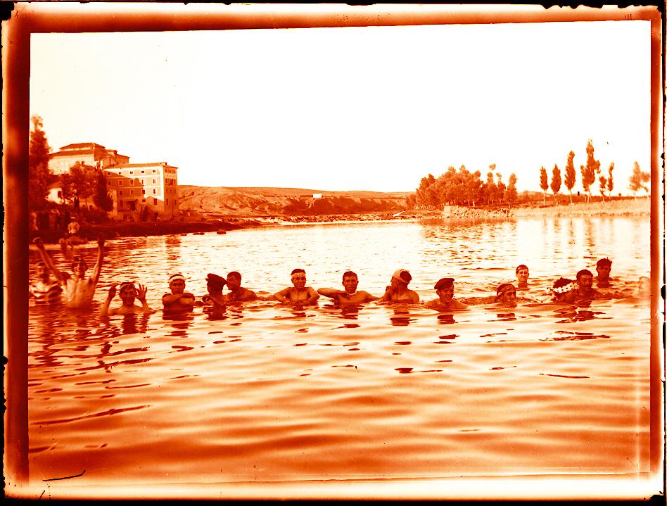 Bañistas en el Tajo en Toledo a principios del siglo XX. Fotografía de Pedro Román Martínez. © Junta de Comunidades de Castilla-La Mancha. Archivo Histórico Provincial. Fondo Rodríguez R-136-1