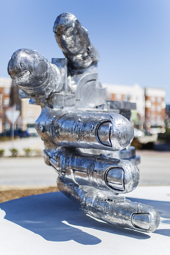 sculpture virginia artwork handshake citycenter newportnews gunterstilling thimbleshoalsboulevard 2013project5214