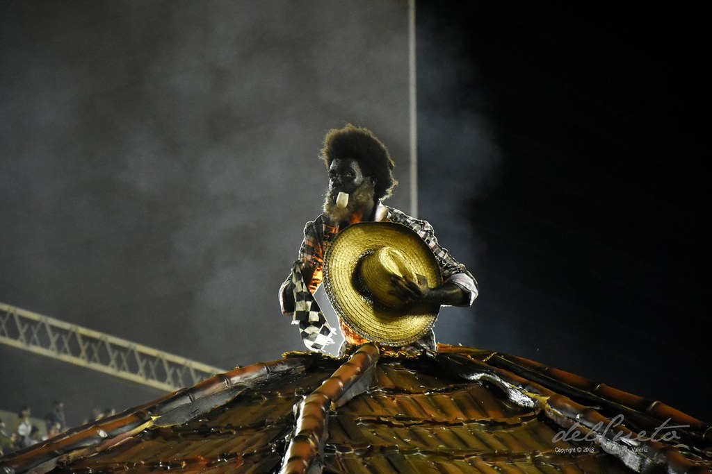 Tuiuti 180217 075  CF preto velho telhado cabana chapéu