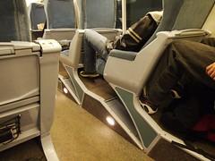 木, 2013-01-31 12:43 - 座席の下に斜めに荷物置きがある