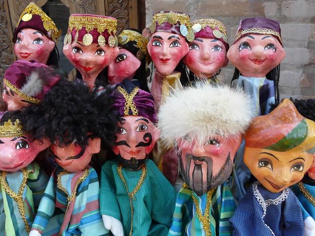 Marionetas uzbekas en una tienda de Khiva