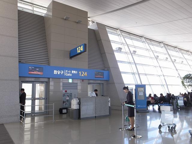 <p>a)こんな本当の搭乗口で発券してもらえるんですね。ここに来るまでチケットが手元にないと不安になりますよ~</p>