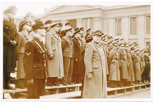 Vidkun Quisling på Universitetsplassen sammen med partifeller og tyske offiserer.