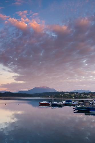 neueggamfaakersee karnten austria carinthia osterreich summer mountains alps lake faak faakersee faaker boat haven marina reflection sunrise pink alpine