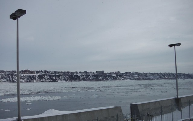 ** À travers les glaces du fleuve **