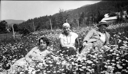 Maria, svigerinnen Ingerid og Vidkun Quisling på gården Jonsborg.