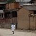 Mujer Mixe en la calle; San Cristóbal Lachiroag, Districto Villa Alta, Región Sierra Juárez, Oaxaca, Mexico por Lon&Queta