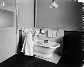 Nurse gives a child a bath at the Hospital for Sick Children, Toronto, Ontario / Infirmière donnant un bain à un enfant à l'Hôpital pour enfants malades, Toronto (Ontario)