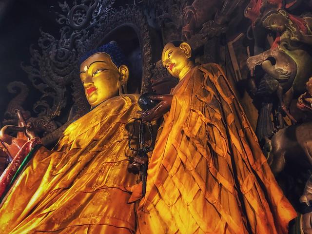 Figuras de Buda en el interior de un templo budista tibetano (Portada: Curiosidades sobre Bután)