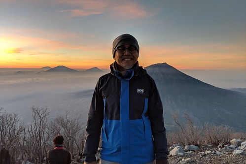 indonesia central java wonosobo damarkasiyan sindoro outdoor mountain volcano hiking trekking google pixel 2 xl sunrise landscape sky