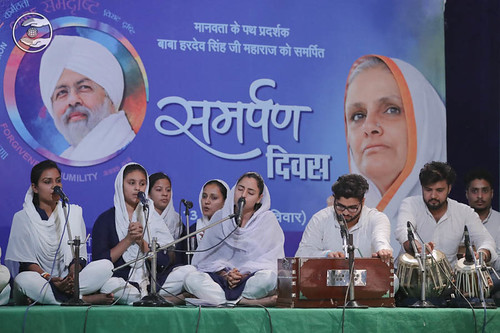 Devotional song by Vandana and Saathi from Sant Nirankari Colony, Delhi