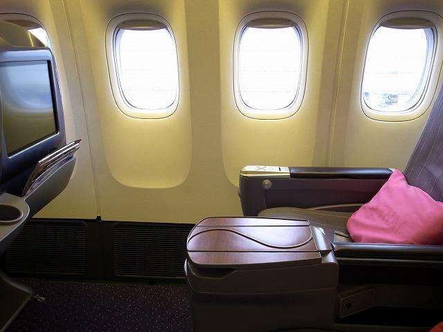 <p>g)バンコク・プーケット間のタイ航空ビジネスクラス座席</p>