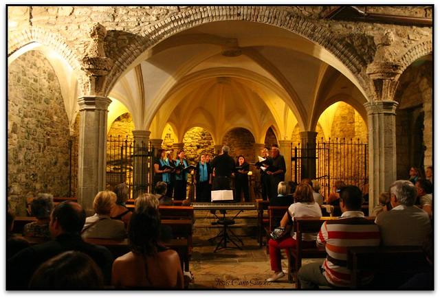 La Coral l'Amarant cantant a Sant Miquel del Fai (el Moianès)