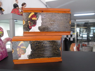 Caja de madera pintada a mano.