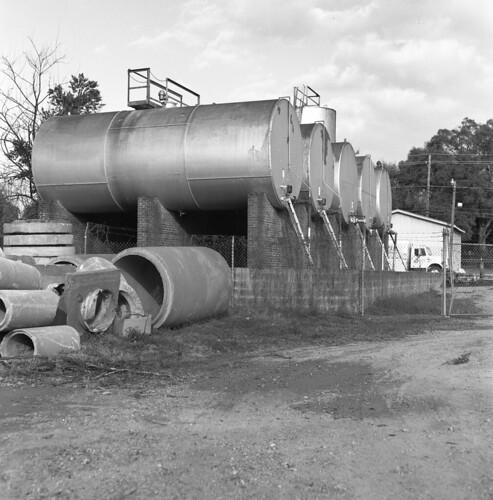 blackandwhite mamiya tlr c220 film evans walker ilford industriallandscape panf iso50 camminante kg4vln