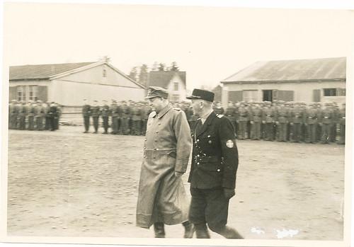 Vidkun Quisling og Oliver Møystad (hirdsjef og sjef for sikkerhetspolitiet) inspiserer Rikshirden.