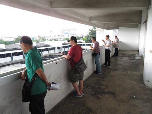 ロイヤルターフクラブ競馬場の3階から装鞍所を見下ろす人々