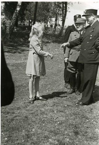 Vidkun Quisling hilser på en jente i forbindelse med Borrestevnet 1941.