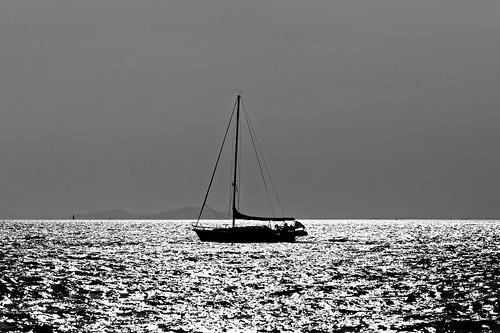 sailboat sea sunlight sunset waves beach 135mm eot iroonpolitechniou patras achaia peloponnese greece