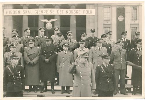 Vidkun Quisling og Oliver Møystad (hirdsjef og sjef for sikkerhetspolitiet) sammen med NS-ministre og tyske offiserer.