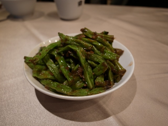 <p>c)多種の前菜をお盆に載せて持て来ました。<br /> 韓国なら無料でしょうけどここは台北、四豆は80元/皿です。</p>