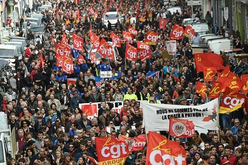 圖06.法國全國各地民眾走上街頭參加示威遊行,抗議政府提出的勞動改革法案。(0410)