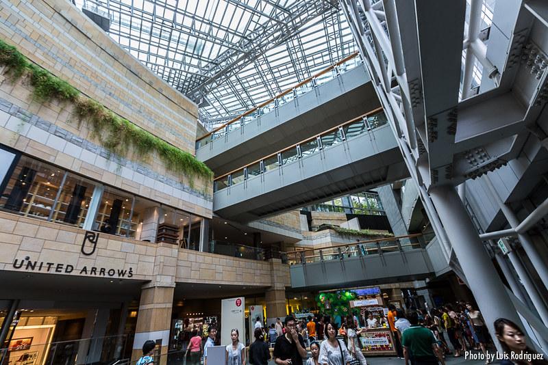 Tiendas y más tiendas en la Torre Mori