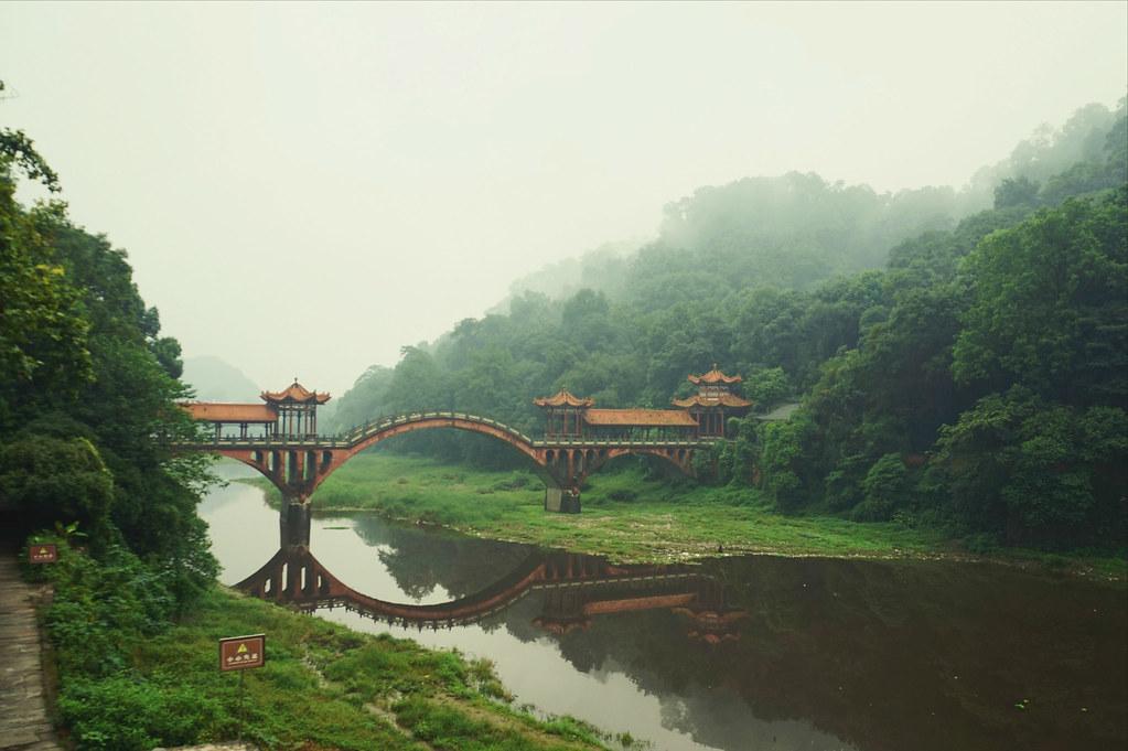 Cây cầu cổ ở Lạc Sơn