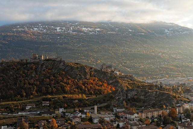 Vue sur Sion et les châteaux de Toubillon et Valère depuis le bisse de Clavau