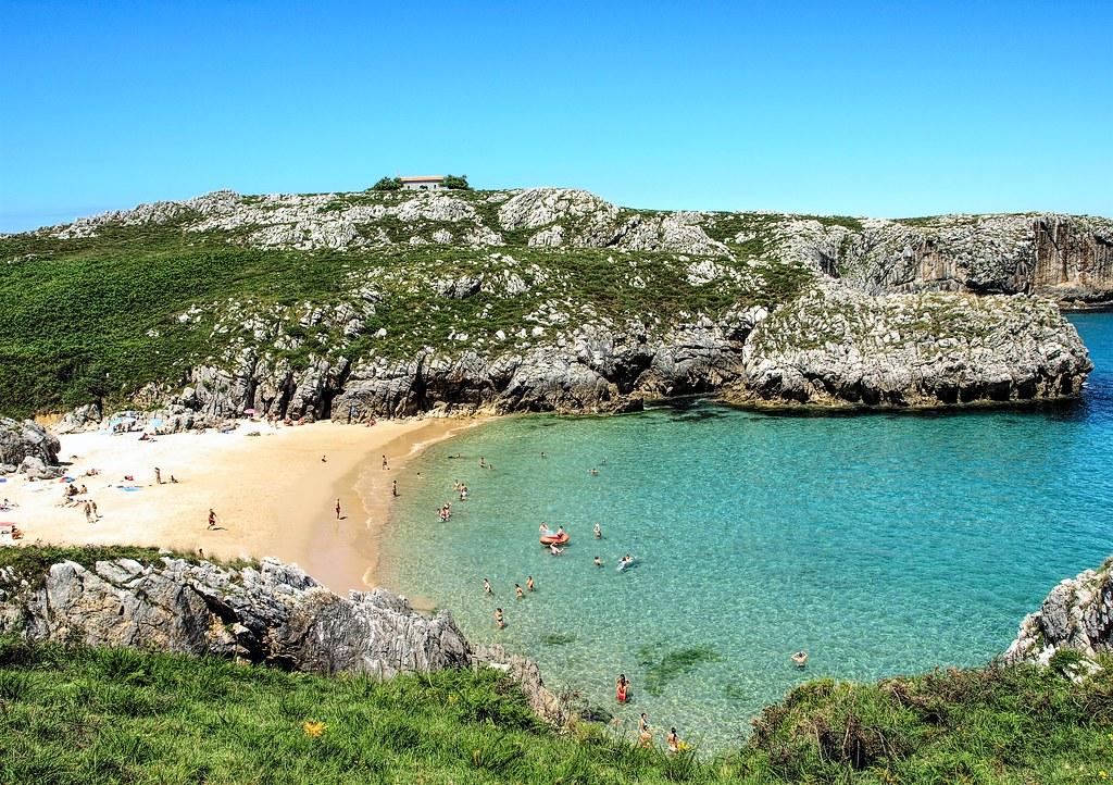 Ermita y playa de San Antonio. Asturias.