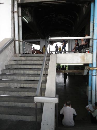 ロイヤルターフクラブ競馬場の4階と5階をつなぐ階段