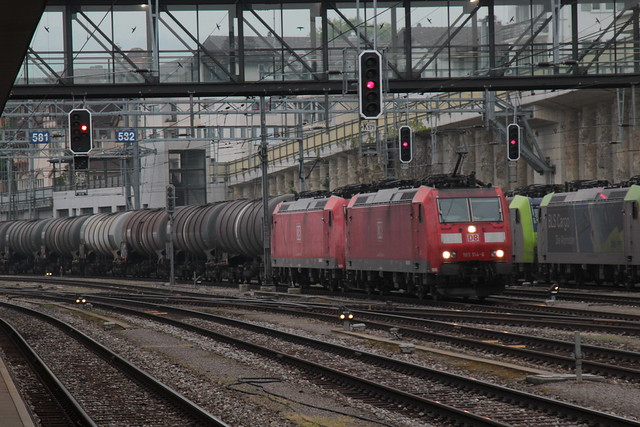 Deutsche Bahn DB Baureihe 185 114 - 6 und 185 122 - 9 mit Tankzug - Güterzug 48664 T.recate - R.B.L ( 292 m - 1`308 t ) am Bahnhof Spiez im Berner Oberland im Kanton Bern der Schweiz