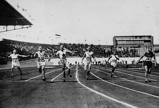 Percy Williams of Canada (4th from left) winning a gold medal in the men's 200 metres race at the IX Summer Olympic Games / Percy Williams (4e à gauche), du Canada, remportant la médaille d'or à l'épreuve du 200 m, aux IXe Jeux Olympiques d'été
